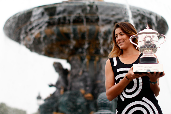 Garbine Muguruza of Spain celebrates victory and poses for the photographers with the trophy a front the fontaine at the concorde near Champs Elysees in Paris, on June 5, 2016. (Photo by Mehdi Taamallah/NurPhoto via Getty Images)