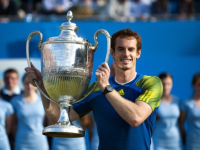 epa03747748 Britain's Andy Murray poses with the trophy after winning the final match against Croatia's Martin Cilic for the Aegon Championships at the Queen's Club in London, Britain, 16 June 2013.  EPA/BOGDAN MARAN