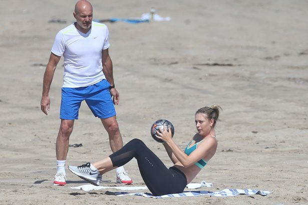 maria-sharapova-posts-beach-pictures-pics-inside