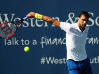 MASON, OH - AUGUST 18:  Grigor Dimitrov of Bulgaria returns a shot to Yuichi Sugita of Japan during Day 7 of the Western and Southern Open at the Linder Family Tennis Center on August 18, 2017 in Mason, Ohio.  (Photo by Rob Carr/Getty Images)
