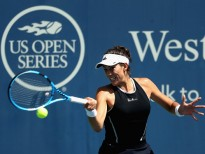 MASON, OH - AUGUST 18:  Garbine Muguruza of Spain returns a shot to Svetlana Kuznetsova of Russia during Day 7 of the Western and Southern Open at the Linder Family Tennis Center on August 18, 2017 in Mason, Ohio.  (Photo by Rob Carr/Getty Images)