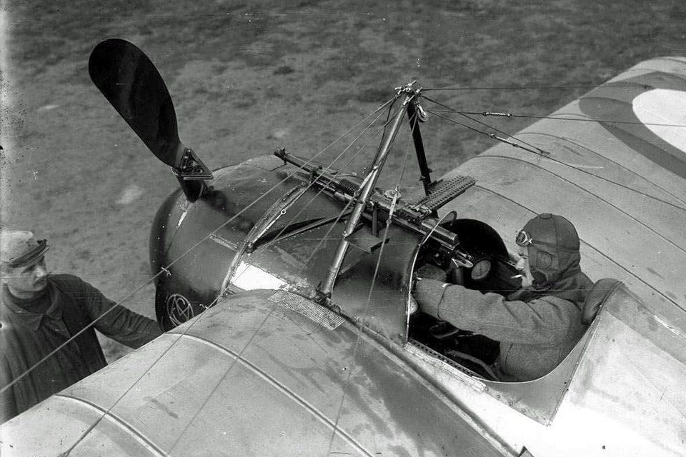 A photo of Jules Védrines Morane-Sauliner Nm in September 1915 shows one of the wedge-shaped bullet deflectors on his propeller. (Service Historique De L'Armee De L'air 881 558)