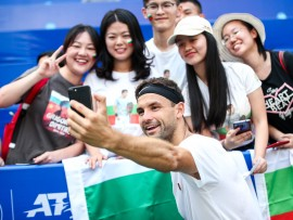 Grigor Dimitrov with fans at Chengdu Open 2019