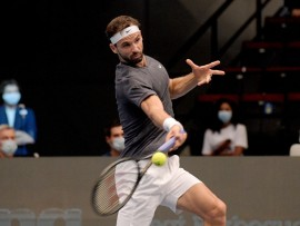 VIENNA, AUSTRIA - OCTOBER 27: Grigor Dimitrov of Bulgaria plays a forehand in his match against Karen Khachanov of Russia on day four of the Erste Bank Open tennis tournament at Wiener Stadthalle on October 27, 2020 in Vienna, Austria. (Photo by Thomas Kronsteiner/Getty Images)